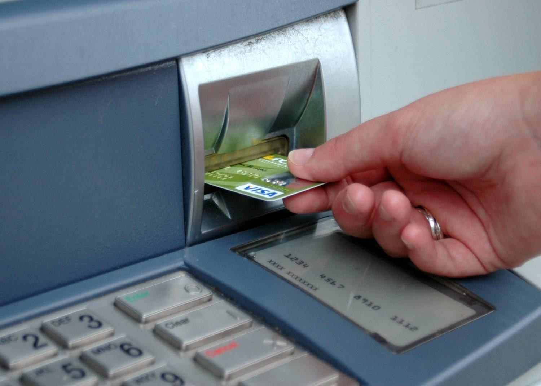 Для снятия подойдет любой банкомат